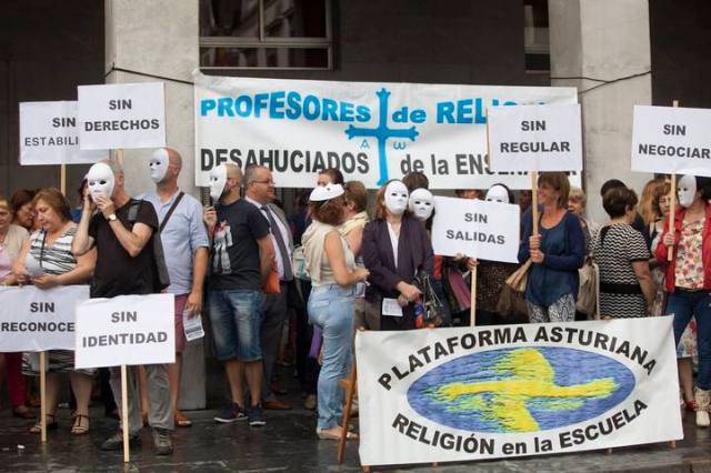 CONCENTRACION DE LA PLATAFORMA ASTURIANA POR LA RELIGION EN LA ESCUELA